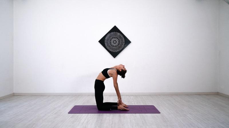 ustrasana posizione del cammello dajelli rhamni yoga Hatha yoga