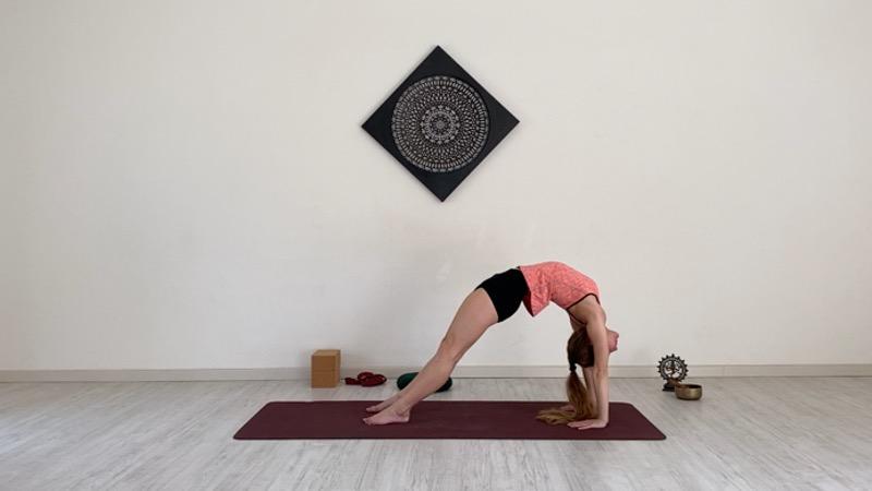 Chakrasana posizione della ruota ponte dal basso Laura Dajelli Rhamni scuola di yoga